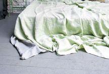 Styling slaapkamer / Stijl: stoer, tikkeltje vintage met knipoog naar stijlvol.  Kleuren: combinatie olijf groenen, koper, zandkleurig, wit Materialen: hout en metaal, mooi contrast tussen zacht en hard Accessoires: stoer maar ook speels, door draadmanden, kist maar ook de fiets en schommel en speelse hippe kussens