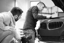 Photo Backstage - BMW Z4 Blue Chrome and Black Matt Nubuck / Bmw Z4 decorated with Blue Chrome and Black Matt Velvet effect (Soft Touch) #apastickers #apafilms #apafolie #apavinyl #chromevinyl #carfoil #chrome #carwrapping #carwrap #luxurycar #selfadhesive #matteblack #nubuck