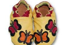 ekoTuptusie Soft Sole Shoes Les chaussures pour enfants Krabbelshuhe / Przedstawiamy Państwu kapcie dziecięce EkoTuptusie. Skórzane buciki produkowane są ręcznie w naszej firmie. EkoTuptusie to zarówno papcie dziecięce, jak i idealne kapcie dla niemowlaka. Nasze paputki wykonane są z najwyższej jakości naturalnej włoskiej skóry. Jedyne na rynku kapcie dla dziecka z innowacyjnym systemem antypoślizgowym.