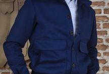 Cazadora Valstar LÓPEZ ARAGÓN / Nuestra interpretación de la chaqueta Valstar.Hemos lanzado esta edición limitada de chaquetas, confeccionadas en algodón (punto) ligero de 230g de Lanificio Di Pray, con cuello camisero y detalles en micropana frunciendo la parte inferior de la cintura y contrastando el reverso del cuello.  Se ha lanzado en tres colores Azul marino, azul tinta y verde kaki.