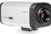 Kamery bez obiektywu (typu box) / Kamery kompaktowe bez obiektywu to wszechstronne urządzenia przeznaczone do profesjonalnych systemów monitoringu wizyjnego.  Kamery boxy bez obiektywu gwarantują pełną personalizację parametrów przechwytywania obrazu i umożliwiają obserwację ochranianych miejsc i obiektów w oparciu o własne wartości ogniskowej.  Kamery bez obiektywów mogą funkcjonować w specjalnych, zewnętrznych obudowach do kamer i dzięki temu prowadzić pracę w różnorodnym środowisku.