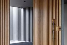 Daar wordt aan de deur geklopt / Bijzondere deuren geven cachet aan je interieur. Een deur met karakter kan een interessante spanning geven aan een ruimte, of juist schitteren door zijn eenvoud.