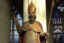 Frankrijk Saint Nicolas / In het grootste gedeelte van Frankrijk viert men het Sinterklaasfeest niet. Voor de Fransen is 6 december gewoon de naamdag van Saint Nicolas. In een aantal regio's in het noorden en oosten van Frankrijk wordt Sinterklaas groots gevierd met optochten en vuurwerkshows. Lorraine heeft Sint Nicolaas als beschermheilige. De sterfdag van Sint Nicolaas, 6 december, wordt beschouwd als een feestdag. Saint Nicolas bezoekt samen met Père Fouettard en zijn ezel alle dorpen en steden van Lotharingen.