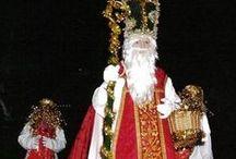 Italië San Nicoló / San Nicola / In het Noord - Oosten van Italië, daar viert men San Nicoló met zijn begeleider (stelvio) Krampus. De Italiaanse kindjes die geen Sinterklaas vieren, worden overigens in de watten gelegd door Babbo Natale, de kerstman. En nog meer door La Befana: een kleine, oude dame die al eeuwenlang in de nacht van 5 op 6 januari op haar bezemsteel cadeautjes, snoepjes en chocolaatjes brengt aan Italiaanse kinderen die zoet zijn geweest.