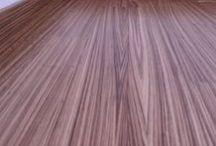 REALIZACE - ZEBRANO / Dýhové plovoucí podlahy  Základem dýhových podlah je HDF deska ( dřevovláknitá deska tvrdá jako beton, s celistvou strukturou ). Na tuto desku je nalepena tenká vrstva skutečného dřeva ( dýha ), která vytváří naprosto unikátní a neopakovatelné barevné variace . Spolu s 8 vrstvami laku to vede k výrazně vyšší odolnosti vůči protlakům , než u třívrstvých, nebo masivních lakovaných podlah.