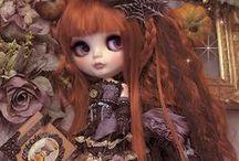 dollғιes / Dollfie es una muñeca de vinilo, generalmente de 27 cm y escala 1/6, fabricada por la compañía japonesa Volks. La principal característica de las dollfies es su versatilidad, ya que son completamente personalizables y ninguna dollfie tiene por qué ser igual.