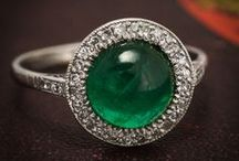ART DECO | Vintage Jewelry / The 1920s and '30s saw designers such as Cartier and René Lalique attempted to reduce the prevalence of diamonds in jewellery, in favour of more colourful gemstones, such as small emeralds, sapphires and rubies – as well lapis lazuli and jade. Millegrain was used to accent gem settings, and geometric designs and motifs were widely incorporated into forward-looking, futuristic styles.