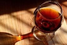 """Terrae Divinae / L' obiettivo principale dei quattro amici è far conoscere i prodotti oleari e vinicoli; le eccellenze che solo il territorio Italiano è in grado di produrre e che l'Azienda esporta dall'Italia verso la Francia, e gli Champagne, vanto d'Oltralpe in tutto il mondo, destinati al viaggio inverso.  Terrae Divinae è una vetrina d'eccellenza per far conoscere alcune """"specialità"""" francesi e italiane, evidenziandone peculiarità territoriali."""