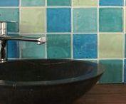 WANDTEGELS | Handgevormde tegels / Kleine keramische wandtegels in formaat 10x10cm of 15x15cm. Ook kleine rechthoekige tegeltjes te verkrijgen in formaat 7.5x15cm. Er bestaan zowel handegemaakte tegeltjes als machinale tegels in kleine formaten. Ideaal in de keuken als spatwand, in de douche of in het toilet als accentmuur