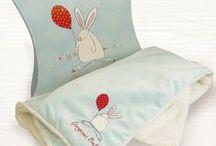 Rufus Rabbit gaver til gutter / Rufus Rabbit er en morsom kanin fra Derby i England. Gavekonseptet til baby/barn med kaninkosedyr, kaninleker,  økologiske babyklær med kaninmotiv og søte kaninkort. Leveres i flotte gaveposer og esker. Perfekte gaver til babyshower, barselgaver, dåpsgaver, gaver til nyfødte og litt større barn.  Rufus Rabbit - Alt en liten jente og gutt kan ønske seg. www.recreo.no