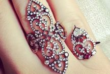 Ring Bling / All that sparkles. We love sparkling finger details.