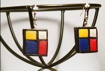 Mondrian / Conjunt  fet en argila polimèrica, format per  2 anells , 2 penjolls i 2 parells d' arrecades inspirades en el pintor Piet Mondrian. Conjunto hecho en arcilla polimèrica, compuesto de 2 anillos, 2 colgantes y 2 pares de pendientes inspirados en el pintor Piet Mondrian. Set made in polymer clay composed of 2 rings, 2 pendants and 2 pairs of earrings, inspired by the artist Piet Mondrian. CONTACT    jc10@gmail.com