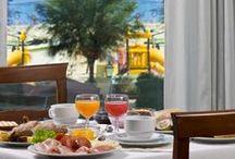 Le nostre colazioni / La colazione, anch'essa a buffet, è varia e gustosa per permettere ai nostri clienti di iniziare in modo piacevole la giornata.