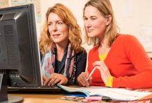 Taalpunt - De Bibliotheek als verbindende schakel - / In Nederland zijn 1,3 miljoen mensen tussen de 16 en 65 jaar laaggeletterd. Dat staat gelijk aan zeker 1 op de 9 Nederlanders in deze leeftijdscategorie. Het huidige kabinet streeft ernaar in 2017 alle overheidsdiensten digitaal aan te bieden. Veel mensen hebben echter beperkte (digitale) basisvaardigheden.