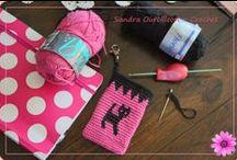 Tapestry Crochet - Wayuu / Crochet Tapestry (también llamado crochet mosaico, crochet jacquard, crochet duro), es una hermosa tecnica que nos permite hacer tapices, los que se ven exactamente iguales por detras y por delante.  Lo basico es saber cambiar colores y esconder el color que no estamos usando.   Aqui les dejo un link que lo muestra muy detalladamente. http://iweb.tntech.edu/cventura/rightstitches.html