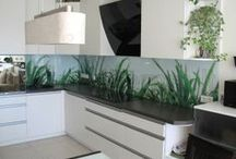 Virtuvės baldai Kitchen Furniture / Praktiškoje virtuvėje tereikia žengti vos kelis žingsnius, kad paruoštumėte produktus, pagamintumėte patiekalus ir netgi išplautumėte indus. Viskas turi būti savo vietose. Platūs ir daug prikrauti stalčiai lengvai darinėjasi. Jie atsidaro vienu prisilietimu, švelniai ir tolygiai slysta uždarant.      Mūsų dizainerės viską gerai apgalvos. Virtuvę suprojektuos atsižvelgiant į būdingus darbų srautus. Viskas kas reikalinga tam tikram darbui bus po ranka.