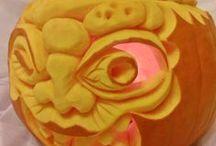 DYNIE - Halloweenowe / Święto duchów Halloween,  to zwyczaj związany z maskaradą i odnoszący się do święta zmarłych, obchodzony w wielu krajach nocą 31 października, czyli przed dniem Wszystkich Świętych.     Proponuje dla Was wycinane dynie w różnymi rozmaitymi wizerunkami:      potworków, twarzy     na kształt lampionów     nietoperzy, kotów, pająków, pajęczyn     czarownic, wiedźm, nieboszczyków  Koszt dekoracji będzie uzależniony od wielkości dyni i zamówionego wzoru.