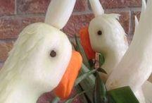 PAPUGI / W ofercie, również polecam inne zwierzęta do ozdoby stołów weselnych, urodzinowych, bankietowych pod postacią np.: papug. Papugi wykonywane są z białej rzodkwi.