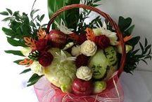 KOSZ - Bukiety kwiatów /      Mam dla Was propozycję na ciekawy prezent. Kosz z kwiatami dla bliskiej Wam osoby. Możesz go podarować na urodziny jak i na imieniny, Dzień Matki, Dzień Kobiet a także jako prezent jubileuszowy czy rocznicowy. Bardzo oryginalny i kreatywny upominek. Przekonaj się sam, a zobaczysz jak obdarowana osoba zareaguje na taką właśnie niespodziankę.