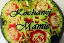ARBUZ - Dzień Dziadków, Kobiet, Matki /    Pamiętajcie o naszych Dziadkach 20-21 stycznia, 8 marca o naszych kobietach czy kochanych mamusiach w dniu jej święta - 26 maja na Dzień Matki. Starajmy zaskoczyć ich prezentem, który zapamiętają i będą miło wspominać. Jedna z dekoracji to arbuz z wyciętymi twarzami ukochanych dzieci albo różnego rodzaju kwiaty, napisy, życzenia.
