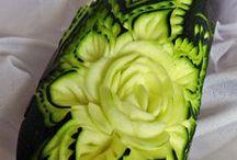 """CUKINIA / Kabaczek (cukinia) – odmiana dyni zwyczajnej. Odmianę wyselekcjonowano we Włoszech i stąd pierwotna nazwa """"cukinia"""" od włoskiego zucchina (tj. mała dynia). Na południowym wschodzie Polski popularność zdobyła nazwa kabaczek. W Polsce roślina jest uprawiana i znana pod obiema nazwami. Ponieważ uprawiane formy mogą różnić się znacznie, więc zależnie od nazwy pod jaką je otrzymano do uprawy, traktowane są nawet jako odrębne gatunki."""