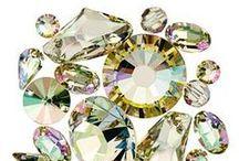 Swarovski / Swarovski Elements es la gamma más prestigiosa de cuentas de cristal de alta calidad usadas por diseñadores de joyas y accesorios desde principios del siglo XX. Están disponibles en una gran variedad de colores y diferentes tipos de corte, ideales para usar en múltiples aplicaciones. Las cuentas Swarovski son una fuente inagotable de inspiración y que pueden aportar un toque de glamour a tus creaciones.