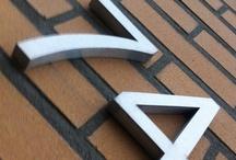 RVS huisnummers / RVS huisnummer uit geborsteld roestvrij staal. Standaard maat van 150 mm hoog en 15 mm dik. Direct te bestellen in onze webshop www.inoxhuisnummers.nl