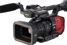 """Panasonic AG-DVX200 / 17 e 18 settembre presentazione """"Panasonic AG-DVX200"""" Panasonic Cinecorder con sensore 4K avanzato di grandi dimensioni Micro 4:3, dotato di un eccezionale obiettivo zoom 13x 4K LEICA DICOMAR, che consente di lavorare anche a ridotta profondità di campo tipica delle produzioni cinematografiche. Si distingue per l'attraente effetto Bokeh e la gamma dinamica di ben 12 stop consentita dall'elaborazione L V-Log in stile VariCam oltre ad una forte personalitá estetica.Da ottobre da Adcom"""