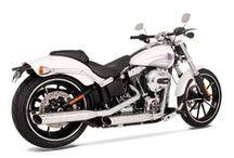 Sportowy tłumik Remus dla Harley-Davidson Softail / NOWOŚĆ!  Sportowy system REMUS INNOVATION dla Harley-Davidson Polska Softail już w naszej ofercie! Układ wydechowy z podwójnym zakończeniem to nie tylko niesamowity dźwięk ale również oryginalny wygląd, który wyróżni Twojego Harleya na ulicach! Przekonaj się o zaletach wydechu z logo Wilka już teraz.  Remus Polska http://www.remus-polska.pl/