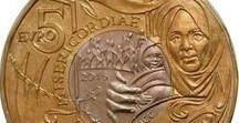 Cod. 285: Moneta bimetallica 5 euro Giubileo della Misericordia / Data di emissione: 16 novembre 2016 Valore: € 5,00 Parte esterna: bronzital Parte interna: cupronichel Bordo: poligonale 16 lati, zigrinatura discontinua Peso: gr. 9,2 Diametro: mm. 27,5 Spessore: mm. 2,15 Autore bozzetti (dritto e rovescio): Maria Carmela Colaneri Tiratura massima: 82.600 serie fior di conio Prezzo di vendita: €8,00 + IVA vigente per residenti in Italia