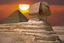 História IV - Egito / A arte egípcia era suntuosa, monumental e geralmente muito colorida. Utilizando formas naturais e padrões geométricos, era quase totalmente simbólica e de significado preciso. Com poucas mudanças ao longo de quase três mil anos, ela exerceu uma profunda influência sobre as culturas gregas vizinhas. A história egípcia divide-se em três períodos: o Antigo Império (c2647-2124aC), o Médio Império (c2040-1648aC) e o Novo Império (c1540-1069aC). / by Jardna Juca