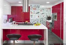 COCINAS ROJAS / Cocinas modernas en resina roja y manijas invisibles
