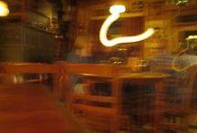 Cafés/Restaurants / Cafés en restaurants vanuit tafelperspectief met koffie...
