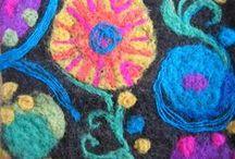 Tekstiiliala / Tekstiilialan artesaani suunnittelee ja valmistaa yksilöllisiä sisustustuotteita hyödyntäen eri valmistusmenetelmiä ja materiaaleja. Ala vaatii luovuutta, hyvää värisilmää, pitkäjänteisyyttä ja ammatin hyvää hallintaa, ja tarjoaa vastineeksi mielenkiintoisen työn. Sinulla on mahdollisuus erikoistua kolmeen seuraavista koulutuksen osa-alueista: sisustaminen, ohjaustoiminta tai yritystoiminta.