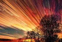 """Fák, felhők, fények / """"Oh természet, oh dicső természet! Mely nyelv merne versenyezni véled? Mily nagy vagy te! mentül inkább hallgatsz, Annál többet, annál szebbet mondasz.""""   Fölöttem felhők viszik az időt. Az alkony, a nagy falánk,az aranyalma napból egyre nagyobbakat harap.Még néhány perc és a fényességből egy sugárnyi sem marad."""