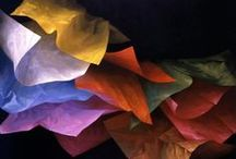 Textilművészet / selyem szalag hímzés (ribbon art), foltvarrás (quilt art), textilből,fonalból, varrva, horgolva, tűzve, szoborrá formálva kézügyességgel készített színes kavalkád.
