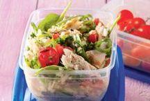 Lekkere lunch / Een goede lunch is onmisbaar in je eetpatroon. Het voorkomt dat je gaat snacken in de middag. Ben je uitgekeken op de standaard bruine boterham? Op dit bord vind je lekkere inspiratie voor salades, wraps, broodjes, lunchboxideeën en quiches.