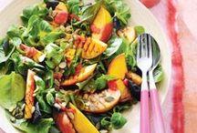 Zomerse salades / Salades zijn heerlijk fris, supergezond en kun je overal mee combineren. Of je nu trek hebt in salade met vlees, vis, op brood, als bijgerecht of als maaltijdsalade. Heb je veel honger? Voeg dan gekookte pasta toe aan je salade. En natuurlijk kun je altijd je eigen unieke salade maken door ingrediënten die je zelf kiest toe te voegen aan een recept, zoals noten, zaden of fruit.