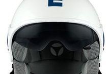 Minimomo / El logo se convierte en el actor principal en el casco MINIMOMO con plantillas especiales en red de aluminio. Un modelo de diseño minimalista con un visor solar integrado, disponibles en una amplio rango de colores.  Coraza en 2 tamaños