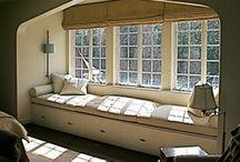 Cozy nook, window seat, hidden room .... / Amo l'idea di porte nascoste, camere segrete e angolini intimi dove leggere, spettegolare o schiacciare un pisolo  in santa pace