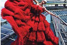 En Rouge tout court / Couleur chaude et fatale. Elle donne tout simplement du pep's.