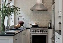 Ideen für U-förmige Küchen / U-Küchen bringen so gut wie alles mit, was moderne Küchen haben sollten: Stauraum, kurze Arbeitswege und Platz für mehrere aktive Köche. Werden einige wenige Grundregeln beachtet, passt die U-Küche auch in kleinere Grundrisse. Trotzdem wirken U-Küchen schnell zugestellt und vollgepackt, was dem modernen und offenen Wohnkonzepten eher widerspricht. Wie lassen sich U-Küchen modern, offen und praktisch gestalten?  Mehr Infos unter http://www.moderne-kueche.com/kueche/u-kueche