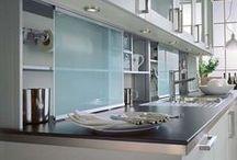 """Gestaltungsideen für Fliesenspiegel / Fliesen sind längst nicht mehr erste Wahl für den klassischen """"Fliesenspiegel"""" in der Küche. Die Wandfläche zwischen Ober- und Unterschränken avanciert mittlerweile zu einem eigenen Gestaltungselement in der Küche."""