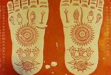 Terapia Podal - Budismo / Os monges budistas praticavam algum tipo de terapia nos pés, que segundo a tradição, fora ensinada pelo Buda