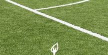 Césped artificial deportivo / La creación de espacios deportivos con césped artificial contenta al jugador y a la vez se consigue aprovechar las ventajas de la colocación del césped sintético para estos usos. Son productos de gran resistencia, con un reducido mantenimiento y que tienen un aspecto inalterable. Alguno de los deportes en los cuales se realizan instalaciones de césped artificial deportivo son en instalaciones de fútbol, fútbol sala, tenis, pádel, rugby, hockey o campos multifuncionales.