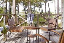 Les salons de jardin / Composez un espace de jardin convivial et authentique grâce aux salons d'extérieur en teck massif. Pour vos soirées d'été en famille ou entre amis, les fauteuils jouent aussi le rôle des sièges de repos : un bon bouquin, l'ombre d'un arbre, un petit vent doux... le bonheur !