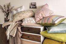 Micasa Textilien / Für Ihr Schlafzimmer haben wir eine vielfältige Auswahl an Textilien in frischen Farben zusammengestellt, die Ihr Ruhe - zu einem richtigen Wohlfühlzimmer machen. Aber auch für alle anderen Räume wie Wohn- und Esszimmer, Büro und Bad finden sich ausgewählte Farben, die Textilien strahlen lassen – von zarten Pastell- bis hin zu leuchtenden Blautönen.