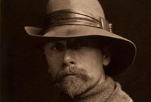 Edward Sheriff Curtis / Edward Sheriff Curtis (Whitewater, 16 febbraio 1868 - Los Angeles, 19 ottobre 1952) è stato un esploratore, etnologo e fotografo statunitense