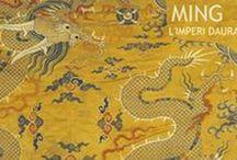 Ming. L'imperi daurat / CaixaForum et porta, del museu nacional de Nanjing, una exposició que rarament ha sortit del seu país d'origen: Ming. L'imperi daurat, un període revolucionari per a les arts que va aconseguir cultivar un gust exquisit pels exclusius productes que es van exportar a tot el món. Porcellanes blanques i blaves, pintures sobre seda, aixovars funeraris, retrats de mida natural, dibuixos eròtics... Del 15 de Juny al 2 d'octubre a CaixaForum Barcelona.