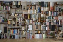 Bookshelf / Bokhylle av kasser ... ? Jeg skal fylle en vegg fra tak til gulv med bokhylle. Med utgangspunkt i gamle og brukte kasser. Inspirasjon?